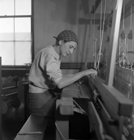 Anni Albers in ihrem Studio im Black Mountain College, 1937